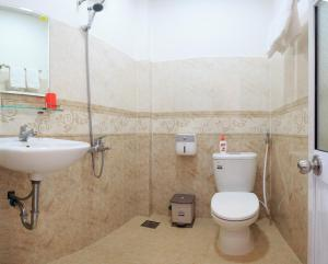 A bathroom at CANH DUONG MOTEL