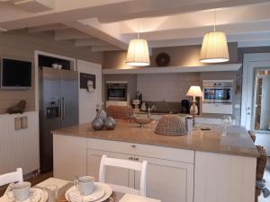 Een keuken of kitchenette bij charming holiday home casa-cosi, with private swimmingpool and sauna