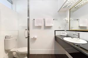 A bathroom at Commodore Regent