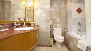 A bathroom at Windsor Suites Bangkok, Managed by Accor