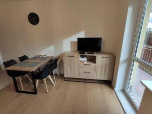 TV a/nebo společenská místnost v ubytování Green Warsaw Apartment