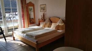 Ein Bett oder Betten in einem Zimmer der Unterkunft Gästehaus im Malerwinkel-Rhodt