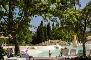 Het zwembad bij of vlak bij Norcenni Girasole Village