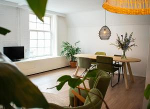 A seating area at Jantjes lief appartement
