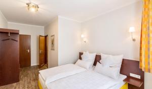 Ein Bett oder Betten in einem Zimmer der Unterkunft Altstadt-Hotel