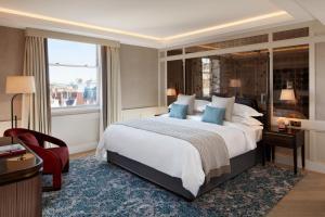 Кровать или кровати в номере The Biltmore Mayfair, LXR Hotels & Resorts