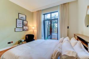 A bed or beds in a room at Durrani Homes - Souk Al Bahar 2BR Besides Burj Khalifa & Dubai Mall