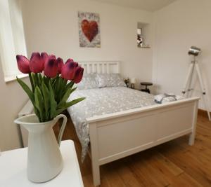 """A bed or beds in a room at Luxurious Apartment """"N22"""""""