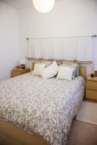 Cama o camas de una habitación en Gran casa con piscina cerca de la playa