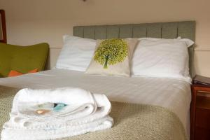 A bed or beds in a room at Shakespeare Inn