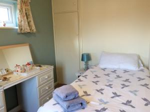 A bed or beds in a room at Melrose cottage