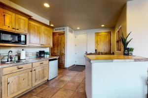A kitchen or kitchenette at Entrada Studio #401