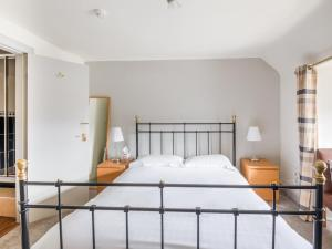 A bed or beds in a room at OYO Clovenfords Hotel