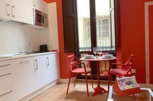 Una cocina o zona de cocina en Ritual Sevilla Suites Centro