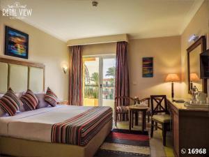 سرير أو أسرّة في غرفة في Retal View Resort El Sokhna