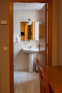 A bathroom at Hotel Castilla