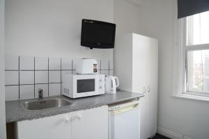 A kitchen or kitchenette at TLK Apartments & Hotel - Peckham