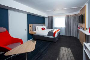 A bed or beds in a room at Holiday Inn Express Portsmouth – North