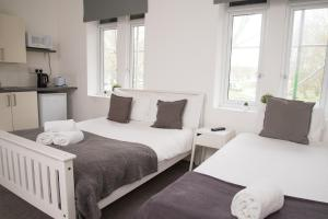A bed or beds in a room at TLK Apartments & Hotel - Beckenham Junction