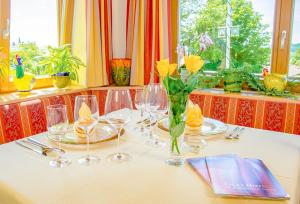 Ein Restaurant oder anderes Speiselokal in der Unterkunft GlasHotel ***S mit Glas & Beauty & Wellness & Natur