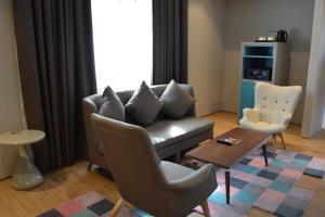 A seating area at Ibis Styles Dubai Jumeira
