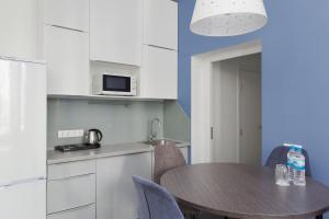 Кухня или мини-кухня в Delta Sirius