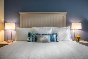 A bed or beds in a room at Chautauqua Harbor Hotel - Jamestown