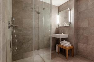 A bathroom at 9Hotel Republique
