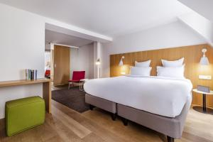A bed or beds in a room at 9Hotel Republique