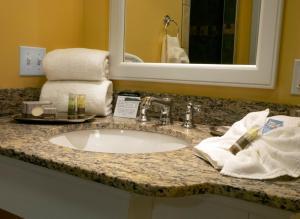 A bathroom at Watkins Glen Harbor Hotel