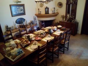 Um restaurante ou outro lugar para comer em Quinta Do Cano