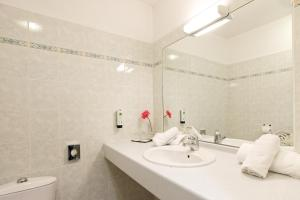 A bathroom at Sure Hotel by Best Western Beziers Le Monestie