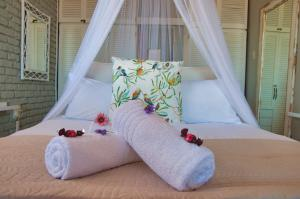 A bed or beds in a room at La Mer Seafront Selfcatering Accommodation Kleinmond