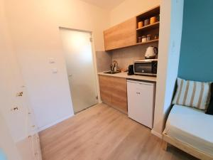 A kitchen or kitchenette at Sunshine Suite Boutique - Only 5 Min Walk To The Beach
