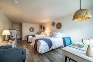 A bed or beds in a room at Ocean Glass Inn