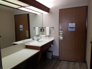 A bathroom at Shilo Inn Suites Salem