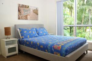 A bed or beds in a room at PACIFIC PALMS
