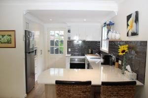 A kitchen or kitchenette at PACIFIC PALMS