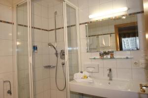 Ein Badezimmer in der Unterkunft Hotel Alpenstuben