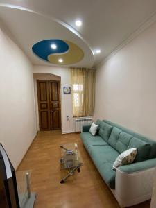 Uma área de estar em Cozy Old City Apartment