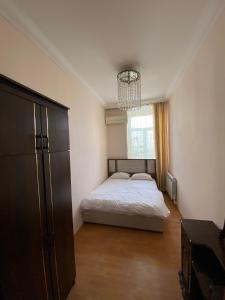 Cama ou camas em um quarto em Cozy Old City Apartment