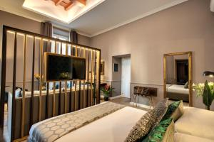 A television and/or entertainment centre at Tree Charme Parliament Boutique Hotel