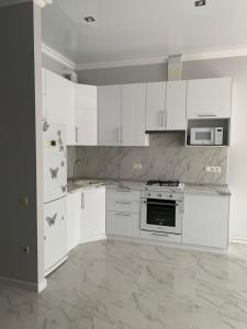 A kitchen or kitchenette at Апартаменты, квартира Bellissimo