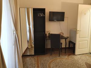A television and/or entertainment center at Albergo Fiera Mare