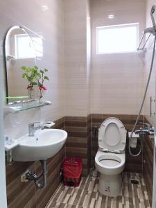 A bathroom at Hotel thanh vinh