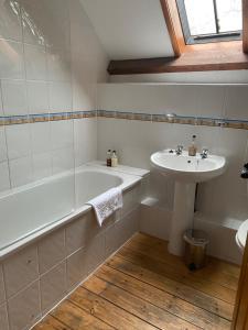 A bathroom at Gellifawr Woodland Retreat
