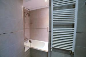 A bathroom at Apartamentos Turísticos Llanes