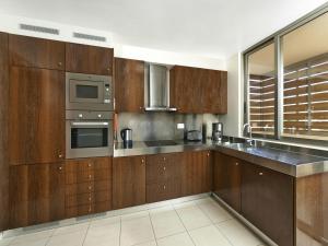Кухня или мини-кухня в Salgados Beach Villas