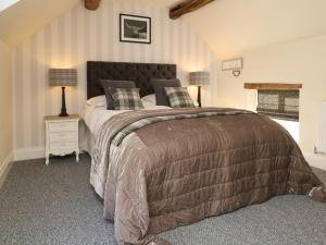 A bed or beds in a room at Hollys Barn