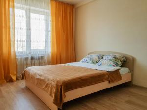A bed or beds in a room at Апартаменты Кристалл на Машиностроителей 49а